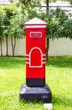 Postbox draußen gelegen Stockfoto
