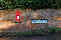 Postbox en de verkeersteken van het land royalty-vrije stock foto