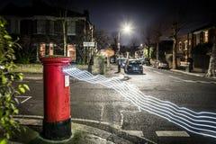 Postbox i światła ślada w Londyńskim przedmieściu Zdjęcie Stock