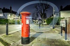 Postbox i światła ślada w Londyńskim przedmieściu Fotografia Stock