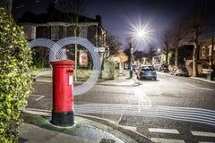 Postbox i światła ślada w Londyńskim przedmieściu Fotografia Royalty Free