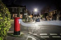Postbox i światła ślada w Londyńskim przedmieściu Zdjęcia Stock
