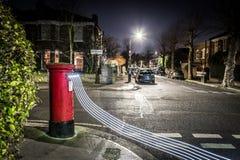 Postbox i światła ślada w Londyńskim przedmieściu Zdjęcie Royalty Free