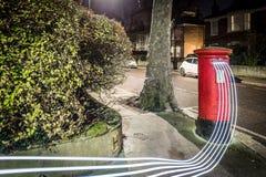 Postbox i światła ślada w Londyńskim przedmieściu Zdjęcia Royalty Free