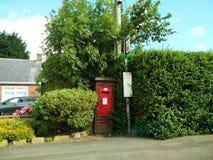 Postbox i busken Arkivfoto