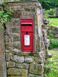 Postbox i den Wycoller byn i Lancashire Royaltyfria Bilder