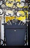 Postbox med vit hand drog postsymboler Arkivfoto