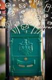 Postbox met witte hand getrokken postpictogrammen Stock Foto