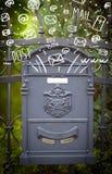 Postbox mit weiße Hand gezeichneten Ikonen Stockfotos