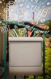 Postbox mit weiße Hand gezeichneten Postikonen Stockbilder