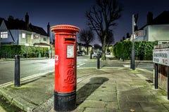 Postbox- och ljusslingor i London förort Royaltyfria Foton