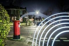 Postbox- och ljusslingor i London förort Arkivfoton