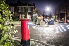 Postbox- och ljusslingor i London förort Royaltyfri Bild