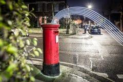 Postbox- och ljusslingor i London förort Royaltyfri Foto