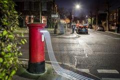 Postbox- och ljusslingor i London förort Arkivfoto