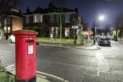 Postbox- och ljusslingor i London förort Arkivbilder