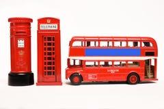 Postbox und rote Telefonzelle mit rotem Bus Lizenzfreies Stockfoto