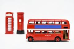 Postbox und rote Telefonzelle mit rotem Bus Stockbilder