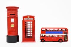 Postbox und rote Telefonzelle mit rotem Bus Lizenzfreie Stockfotos