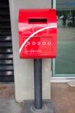 Postbox vermelho na construção do estacionamento do parque de Suandok Foto de Stock Royalty Free