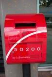Postbox vermelho na construção do estacionamento do parque de Suandok Fotos de Stock Royalty Free