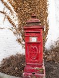 Postbox vermelho velho na cidade belga de Verviers imagens de stock