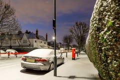 Postbox w śniegu w Londyńskim przedmieściu, UK Obrazy Royalty Free
