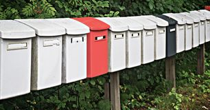 Postboxes строки пестротканые в парке Стоковая Фотография RF