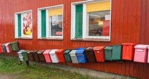 Postboxes строки пестротканые на красной стене Стоковая Фотография RF
