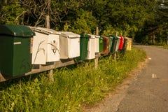 Postboxes múltiplos ao longo de uma estrada Imagens de Stock