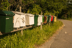 Postboxes multipli lungo una strada Immagini Stock