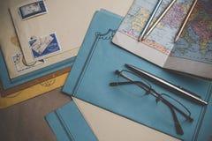 Postbriefpapier ist auf dem Tisch Stockfotos