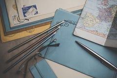 Postbriefpapier ist auf dem Tisch Lizenzfreies Stockbild