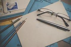 Postbriefpapier ist auf dem Tisch Stockbild