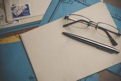 Postbriefpapier ist auf dem Tisch Lizenzfreies Stockfoto