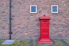 Postbus en Oude Uitstekende Bakstenen muurachtergrond Stock Afbeeldingen