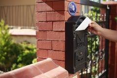 Postbus komende brief Stock Afbeeldingen
