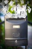 Postbus met het dagelijkse kranten vliegen Royalty-vrije Stock Afbeeldingen