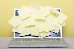 Poste-él-notas sobre la computadora portátil Imágenes de archivo libres de regalías