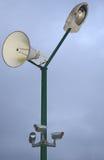 Poste con la lámpara, el altavoz y las cámaras de seguridad Imagenes de archivo
