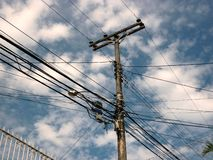 Poste con los alambres y los cables, contaminación de la representación visual urbana imágenes de archivo libres de regalías