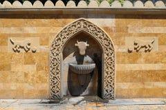 Poste d'eau potable dans la vieille ville d'Icheri Sheher image stock