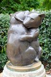 Poste d'eau potable de deux ours Photographie stock