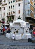 Poste d'eau potable de marbre historique dans la rue de Knez Mihailova, Belgrade, Serbie photographie stock libre de droits