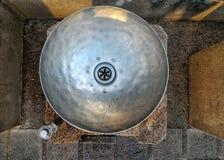 Poste d'eau potable en parc public Image libre de droits