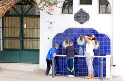 Poste d'eau potable espagnol type dans Nijar, Espagne Photographie stock