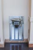 Poste d'eau potable relié à un mur intérieur Photographie stock