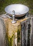 Poste d'eau potable sur le vieux pilier en pierre Images libres de droits