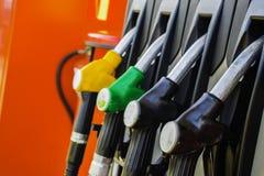 Poste d'essence d'essence et gicleur d'essence images stock