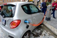 Poste d'essence pour les voitures électriques Photographie stock libre de droits